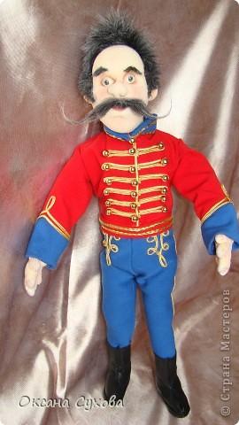 Рада представить на Ваш суд гусара Лейб-Гвардии Гусарского полка. Не хватает в его костюме нескольких деталей (ташки-сумки, шпор), но самое главное при нём нет оружия (как сделать не знаю, чтобы была сабля правдоподобная, а не бутафория) фото 3