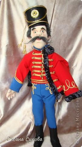 Рада представить на Ваш суд гусара Лейб-Гвардии Гусарского полка. Не хватает в его костюме нескольких деталей (ташки-сумки, шпор), но самое главное при нём нет оружия (как сделать не знаю, чтобы была сабля правдоподобная, а не бутафория) фото 1