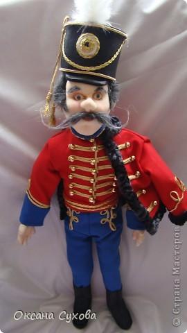 Рада представить на Ваш суд гусара Лейб-Гвардии Гусарского полка. Не хватает в его костюме нескольких деталей (ташки-сумки, шпор), но самое главное при нём нет оружия (как сделать не знаю, чтобы была сабля правдоподобная, а не бутафория) фото 2
