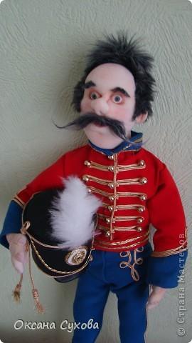 Рада представить на Ваш суд гусара Лейб-Гвардии Гусарского полка. Не хватает в его костюме нескольких деталей (ташки-сумки, шпор), но самое главное при нём нет оружия (как сделать не знаю, чтобы была сабля правдоподобная, а не бутафория) фото 4