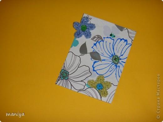 это просто беда какая-то. задумала простую серию - цветочный фон, украшалки и бабочек думала приклею. подобрала бабочек - не идут и все. вроде и цвет и размер - но лишие они тут. потом думала стрекоз квилинговых накрутить - опять не то... и как-то само собой связались крючком цветочки голубенькие - словно мои незабудки любимые.... просто они меня преследуют)))  так что и вышла выстраданная серия - назвала ее НЕ НЕЗАБУДКИ!!!!  кто из должников захочет таких цветов - с удовольствем отдам!!! так что и эта серия для раздачи долгов.  как и в прошлый раз - если нравится, то первыми выбирают - Некрасова Юлия, AnnaDemakova, Хамцова Полина, собачка ваши письма с атс уже получила :)  но так же числюсь в должниках у Бригантинки, Дарёнки, Юлии Кобяшовой, Сургутяночка-2, Диано44ки, Гимназистко, Настёныша, Хосефина  девочки кому еще должна - отзовитесь - я на работе записывала кому должна - а сейчас в отпуске... фото 9