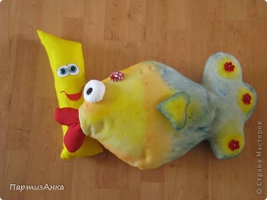 """Отчаянно прося помощи у Страны в создании рыбки-подушки, я получила море советов и интереснейших ссылок. Спасибо вам, девочки!! И вот - итог: на день рождения попросили """"сотворить"""" две подушки - рыбу и... чипс! Получилась ну ооочень сладкая парочка. фото 1"""