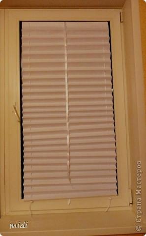 Жалюзи из рулонной бумаги. Сложено полотно гармошкой. По бокам проколото шилом и вставлены ленточки. На их концах зажимы для фиксации по желаемой высоте. По центру атласная лента пошире, завязывается бантом. Крепятся жалюзи двухсторонним скотчем к стеклу или раме, что позволяет открыть окно вместе со шторой. фото 4