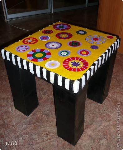 Вдохновилась французскими мастерицами. Столик из двух картонных коробок. Раскрашен сверху остатками автомобильной эмали и акриловыми красками. Выдерживает до 50 кг. Я проверяла! фото 1