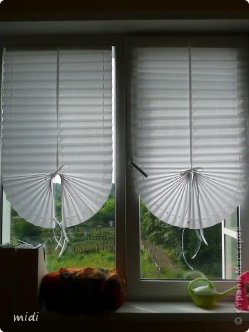 Жалюзи из рулонной бумаги. Сложено полотно гармошкой. По бокам проколото шилом и вставлены ленточки. На их концах зажимы для фиксации по желаемой высоте. По центру атласная лента пошире, завязывается бантом. Крепятся жалюзи двухсторонним скотчем к стеклу или раме, что позволяет открыть окно вместе со шторой. фото 1