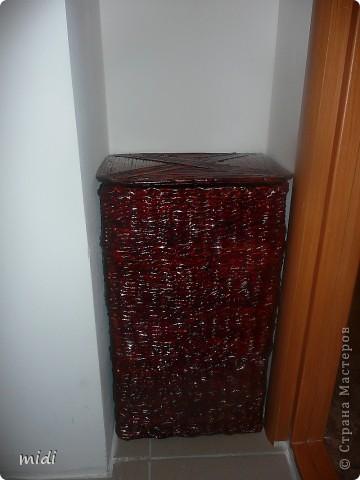 Плету не могу остановиться :-) Пока что все очень практичное.  Корзина для белья 50*30*20 см, выкрашена лаком красное дерево. Специально плела для этой ниши. фото 1