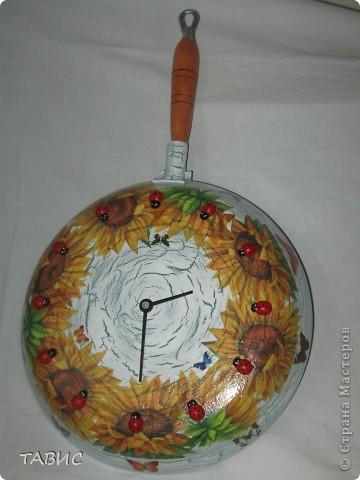 Эти часы сделаны под сильным впечатлением от одной из работ, увиденных в нашей прекрасной волшебной Стране. Сожалею, что не записала автора, но благодарю за идею и вдохновение. Старой сковороды у меня не было и я купила новую, чтобы сделать подарок для своей лучшей подруги.  фото 1