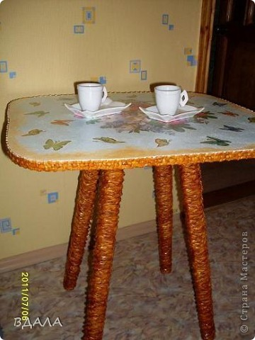 Вдохновившись идеями декупажа и плетения, решила преобразить обычный старый стул в чайный столик фото 2