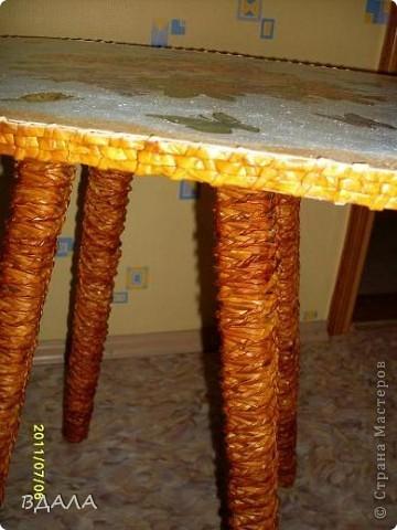 Вдохновившись идеями декупажа и плетения, решила преобразить обычный старый стул в чайный столик фото 4