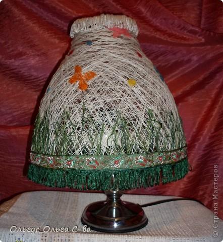 Вот такой абажур сделала для торшера подруги взамен разбитого. Т.к. основание лампы с собой не брала, то сфотографировала абажур на свом маленьком торшерчике. Не обращайте внимание на несоответствие верха и низа лампы :-). фото 1