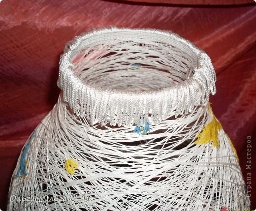 Вот такой абажур сделала для торшера подруги взамен разбитого. Т.к. основание лампы с собой не брала, то сфотографировала абажур на свом маленьком торшерчике. Не обращайте внимание на несоответствие верха и низа лампы :-). фото 2