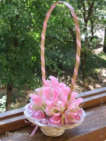 Новые подарочные корзиночки с цветами и конфетами. фото 1