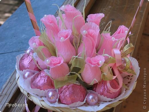 Новые подарочные корзиночки с цветами и конфетами. фото 2