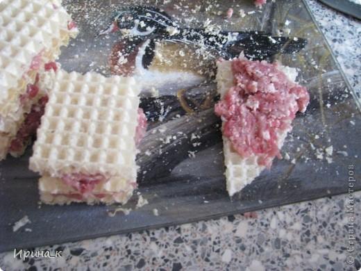 Для приготовления понадобится:  Мясо для фарша 0,5 кг (свинина+ говядина) Лук репчатый 2 шт. средние Яйцо 6 шт. Соль Перец молотый Коржи вафельные (лучше приямоугольные) Масло раст.   фото 5
