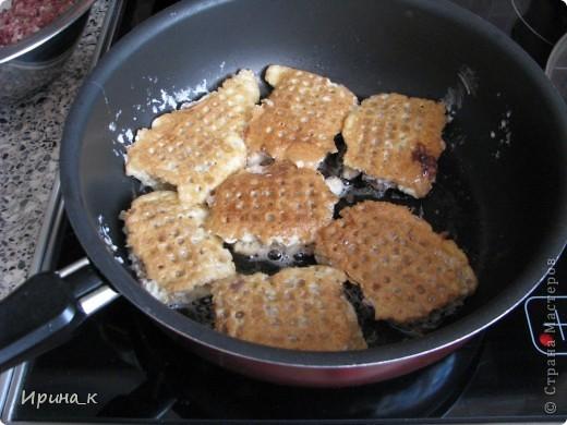 Для приготовления понадобится:  Мясо для фарша 0,5 кг (свинина+ говядина) Лук репчатый 2 шт. средние Яйцо 6 шт. Соль Перец молотый Коржи вафельные (лучше приямоугольные) Масло раст.   фото 8