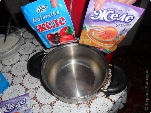 Здравствуйте всем.Сегодня я бы хотела показать мой рецепт трехслойного желе.Для начало нам понадобится: 4 пакетика желе(по 2 одинаковых), сметана,сахар,желатин. фото 4