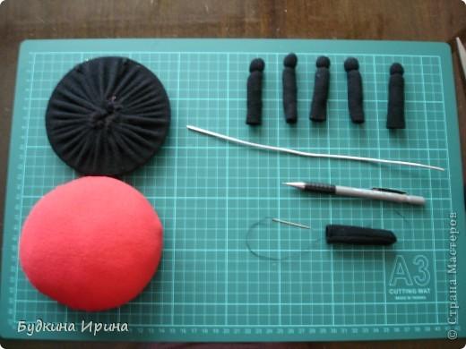 Элементы, необходимые для создания божьей коровки: нижняя и верхняя части, лапки - 6 шт, спица и карандаш - для проталкивания синтепона в лапки. Ну и конечно же иголка с ниткой. фото 1