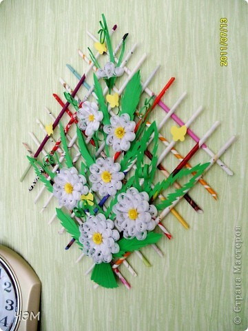 Ромашка Хоть буйны и огненны краски Цветов, что на клумбах, в саду, - Но больше всех люблю ромашки За скромную их красоту.  Когда на душе так печально, В дождливые, хмурые дни, - Тепло своих душ излучая, Как солнышки, светят они. фото 2