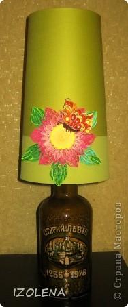 """Спасибо Хоманчелло!!! Давно хотела сделать самодельную настольную лампу из бутылки. Купила абажюр. Но он сливается с моими стенами. А благодаря заданиям Хомячка теперь его украсила. Итак - это мои """"крылья лета"""". Надеюсь, что  зимой лампа будет смотреться весело и напоминать о лете. фото 1"""