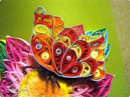"""Спасибо Хоманчелло!!! Давно хотела сделать самодельную настольную лампу из бутылки. Купила абажюр. Но он сливается с моими стенами. А благодаря заданиям Хомячка теперь его украсила. Итак - это мои """"крылья лета"""". Надеюсь, что  зимой лампа будет смотреться весело и напоминать о лете. фото 3"""