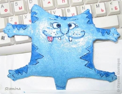 Бедный котик... пока дошла очередь до покраски..все лапки ломались, кот приставал.. в общем 33 несчастья..но он вопреки всему.. счастливый котэ :) фото 2