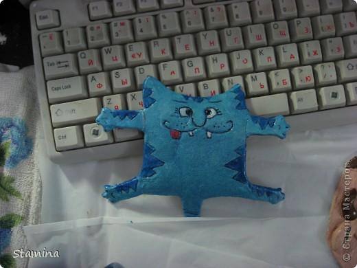 Бедный котик... пока дошла очередь до покраски..все лапки ломались, кот приставал.. в общем 33 несчастья..но он вопреки всему.. счастливый котэ :) фото 1