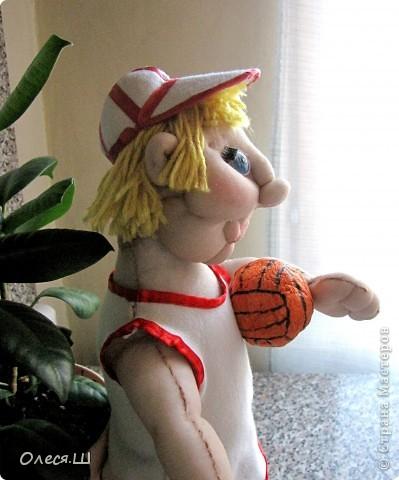 Ура! Сделала первую каркасную куклу)))) Сделала на ДР сыну ему скоро 2 года. Сначала хотела сделать мальчика в пижамке и с машинкой, но когда собрала и кукла предстала передо мной голенькая, то поняла, что характер куклы совсем не тот. Поэтому думала, думала и решила сделать баскетболиста. Мой сын очень любит эту игру и не смотря на свой юный возраст, пытается уже играть)))) фото 7