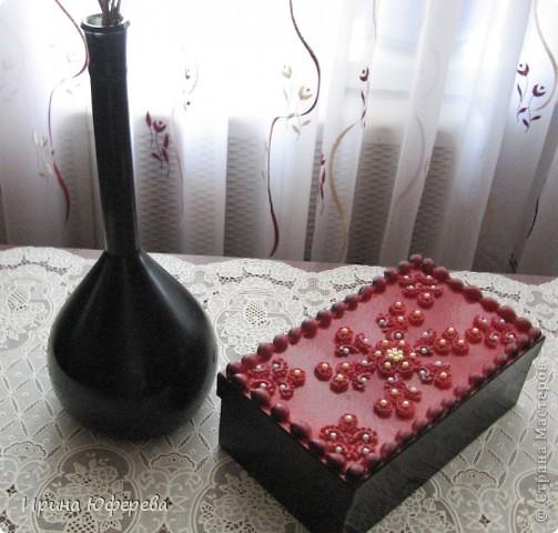 Обычную колбу покрасила черной аэрозолью, а рядом была белая коробка от обуви. Использовала красную и черную аэрозоли, макароны, бусы и клей. фото 1