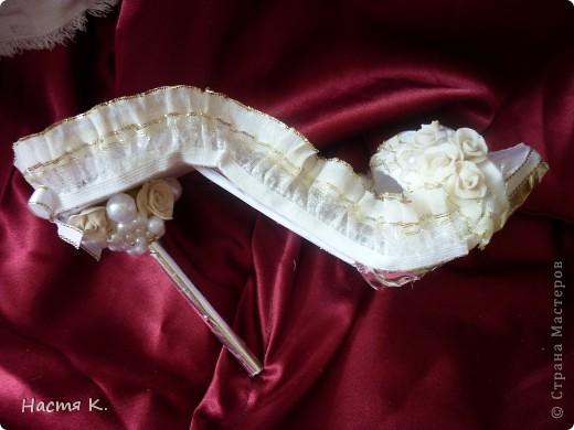 Сейчас начнётся показ туфель !!! :) История этих туфелек такова : сначала я сделала подушечку для колец , достаточно традиционную, вроде получилось красиво, всем понравилось, но нет я же не смогла на этом остановится...:) увидев в интернете подобные туфельки (автор Ирэна Курганская), которые можно применить вместо обычной подушечки для колец, я решила смастерить такую ...одну. Ну а потом понеслась... вот результат : фото 6