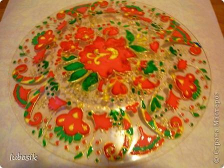 В этот раз я решила расписать тарелочку витражными красками с обратной стороны, чтобы её можно было применять и в сервировке стола. фото 6