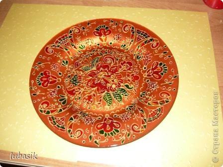 В этот раз я решила расписать тарелочку витражными красками с обратной стороны, чтобы её можно было применять и в сервировке стола. фото 2