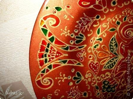 В этот раз я решила расписать тарелочку витражными красками с обратной стороны, чтобы её можно было применять и в сервировке стола. фото 12