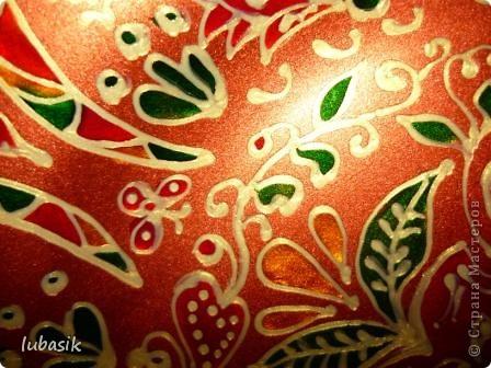 В этот раз я решила расписать тарелочку витражными красками с обратной стороны, чтобы её можно было применять и в сервировке стола. фото 14
