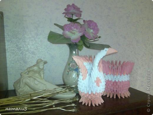 лебедь а  рядом  ваза  для  сладостей.