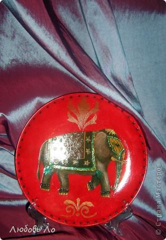 Использовала: тарелка икеевская, краска бордовая и красная акриловая, клей ПВА, декупажная бумага, объемные стикеры для ногтей, глиттеры, лак. фото 1