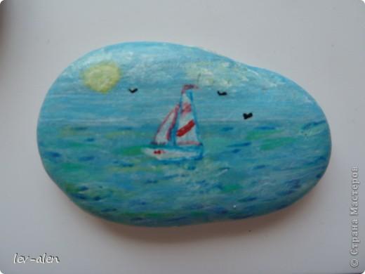 Лето, море, песок, камешки... Сбылась мечта. И вот я на море , прямо на берегу занялась расписывать морскую гальку. Часть пришлось оставить, часть раздарила, остальное привезла с собой. :))) Часть рыбок на фото -отражение в зеркале фото 29