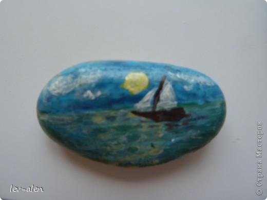 Лето, море, песок, камешки... Сбылась мечта. И вот я на море , прямо на берегу занялась расписывать морскую гальку. Часть пришлось оставить, часть раздарила, остальное привезла с собой. :))) Часть рыбок на фото -отражение в зеркале фото 30