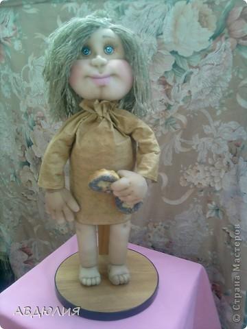 рост 46см ( не хотят у меня куклы совсем маленькими получаться) ! Очень захотелось себе такую замарашку сделать , поэтому не поехала искать мешковину , а сделала платье из бязи и тонировала его кофе+корица+ванилин+ПВА! фото 1
