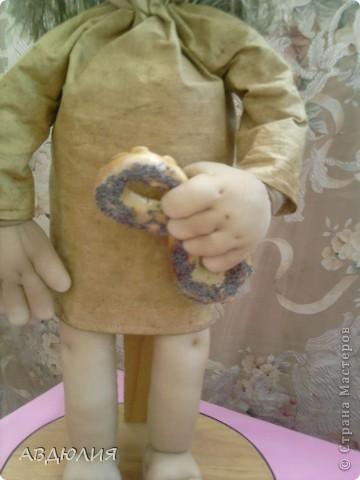 рост 46см ( не хотят у меня куклы совсем маленькими получаться) ! Очень захотелось себе такую замарашку сделать , поэтому не поехала искать мешковину , а сделала платье из бязи и тонировала его кофе+корица+ванилин+ПВА! фото 3