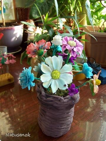ну что ж, вот они мои первые робкие шаги в освоении холодного фарфора. Конечно скромные цветочки не идут ни в какое сравнение с работами наших мастериц, но я все таки решила похвастаться (даже не стала плетенку лаком покрывать, вот как похвастаться захотелось моим разношерстным букетиком...)  фото 1