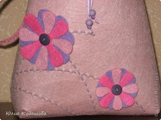 Вот такой рюкзачок получился у нас с дочкой. Первоначально его начала шить Дашенька, но после того, как пришила она цветочки показалось ей это дело не очень интересным, до этого она вышивала пано, там были и цветочки и бабочки, бусинки, т.е. пано было более красочным и соответственно веселее.Так вот, и отложила она работу, лежала она, лежала, ну и решила я ее закончит. За 1,5 часа рюкзачок был закончен, а Дашенька осталась довольна. фото 2