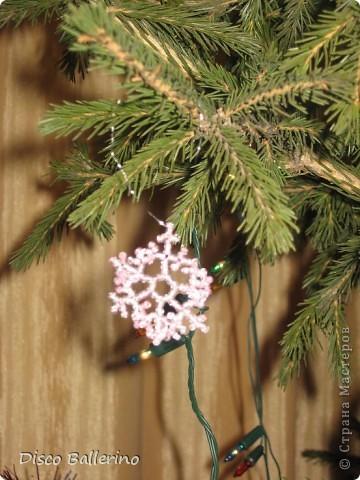 Маленькие снежинки из бисера Рождество.