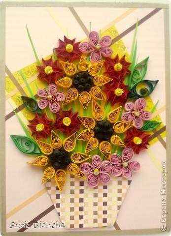 Это моя вторая работа в технике квиллинг. Корзина с подсолнухами и еще розовыми и винно-красными цветами. Фон нежно-розовый, на него наклеила желтый квадрат в блестках под другим углом - сверху - полоски бежевых и коричневых цветов в хаотичном порядке. Потом обрезки бумаги - как траву, сверху корзинку, а потом цветы фото 1
