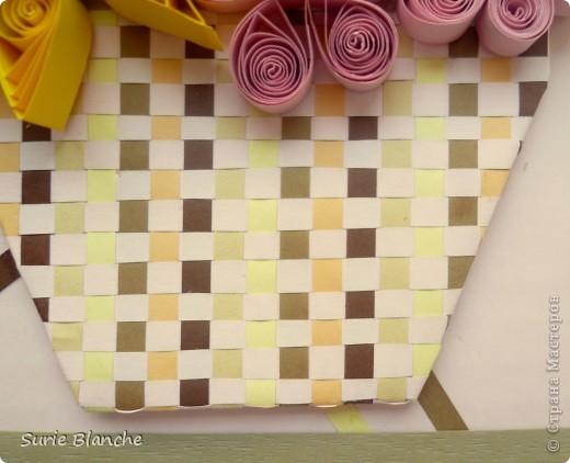 Это моя вторая работа в технике квиллинг. Корзина с подсолнухами и еще розовыми и винно-красными цветами. Фон нежно-розовый, на него наклеила желтый квадрат в блестках под другим углом - сверху - полоски бежевых и коричневых цветов в хаотичном порядке. Потом обрезки бумаги - как траву, сверху корзинку, а потом цветы фото 3