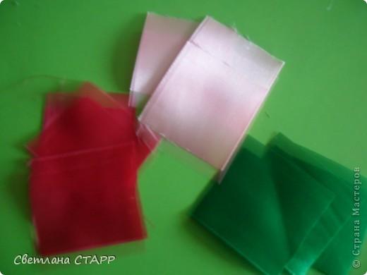 Беру 6 квадратиков ленты такого цвета,какой будет лилия(моя сегодня будет 2-х цветов) и 3 зеленых фото 1