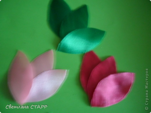 Беру 6 квадратиков ленты такого цвета,какой будет лилия(моя сегодня будет 2-х цветов) и 3 зеленых фото 2