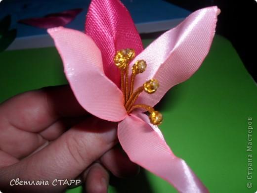 Беру 6 квадратиков ленты такого цвета,какой будет лилия(моя сегодня будет 2-х цветов) и 3 зеленых фото 21