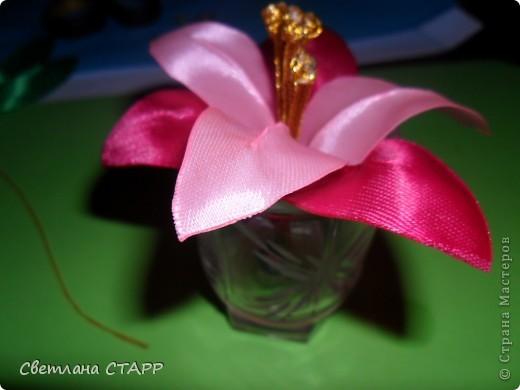 Беру 6 квадратиков ленты такого цвета,какой будет лилия(моя сегодня будет 2-х цветов) и 3 зеленых фото 25