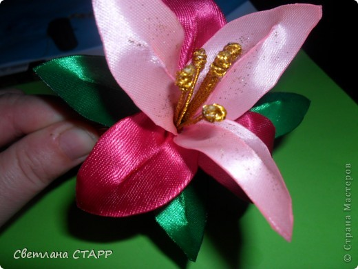 Беру 6 квадратиков ленты такого цвета,какой будет лилия(моя сегодня будет 2-х цветов) и 3 зеленых фото 33