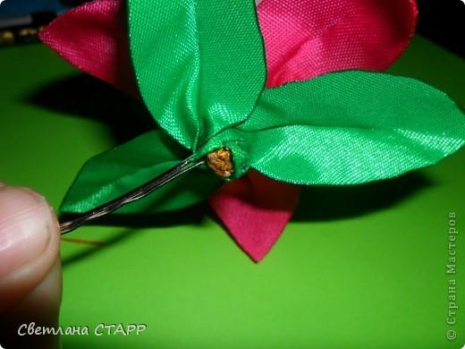 Беру 6 квадратиков ленты такого цвета,какой будет лилия(моя сегодня будет 2-х цветов) и 3 зеленых фото 34